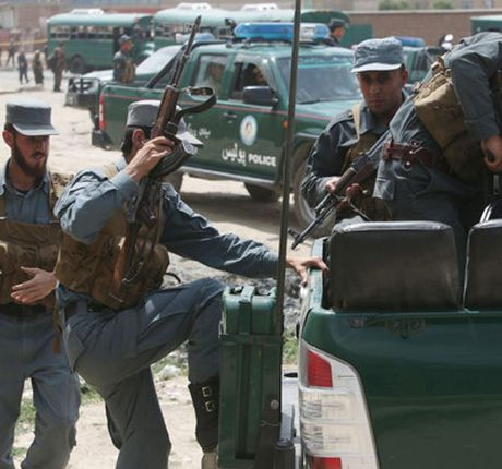 Lo hong an ninh chet nguoi giup Taliban danh bom dam mau can cu NATO - Anh 2