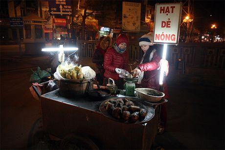 Chum anh: Nong hoi nhung mon qua vat trong dem dong Ha Noi - Anh 8