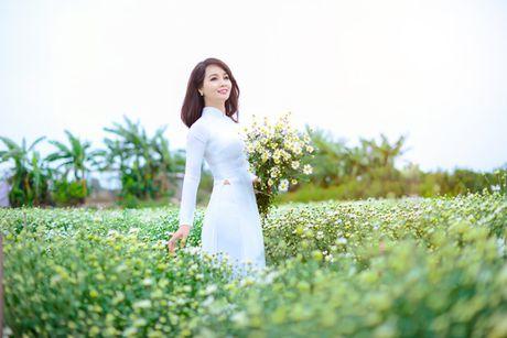 Mai Thu Huyen dep diu dang giua vuon cuc hoa mi trang - Anh 10