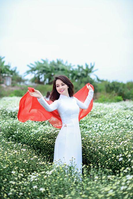 Mai Thu Huyen dep diu dang giua vuon cuc hoa mi trang - Anh 11