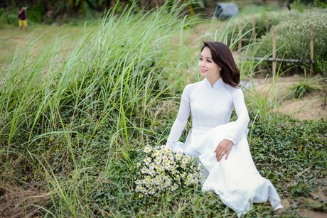 Mai Thu Huyen dep diu dang giua vuon cuc hoa mi trang - Anh 12