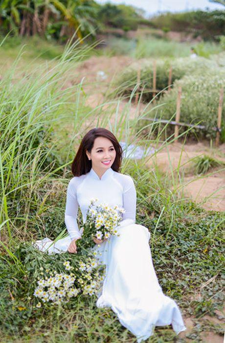 Mai Thu Huyen dep diu dang giua vuon cuc hoa mi trang - Anh 13