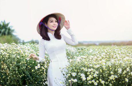 Mai Thu Huyen dep diu dang giua vuon cuc hoa mi trang - Anh 14