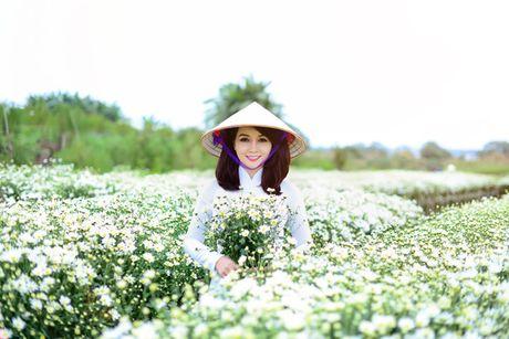 Mai Thu Huyen dep diu dang giua vuon cuc hoa mi trang - Anh 15