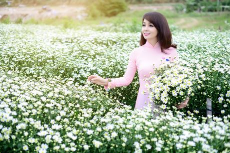 Mai Thu Huyen dep diu dang giua vuon cuc hoa mi trang - Anh 2