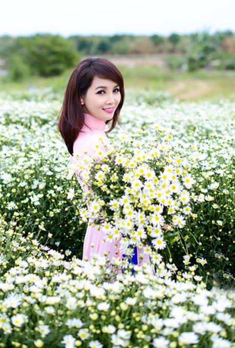 Mai Thu Huyen dep diu dang giua vuon cuc hoa mi trang - Anh 3