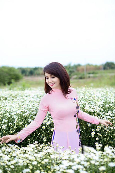 Mai Thu Huyen dep diu dang giua vuon cuc hoa mi trang - Anh 4