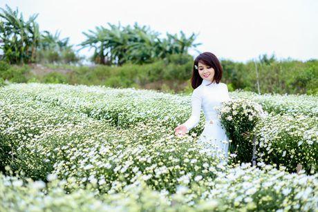 Mai Thu Huyen dep diu dang giua vuon cuc hoa mi trang - Anh 6