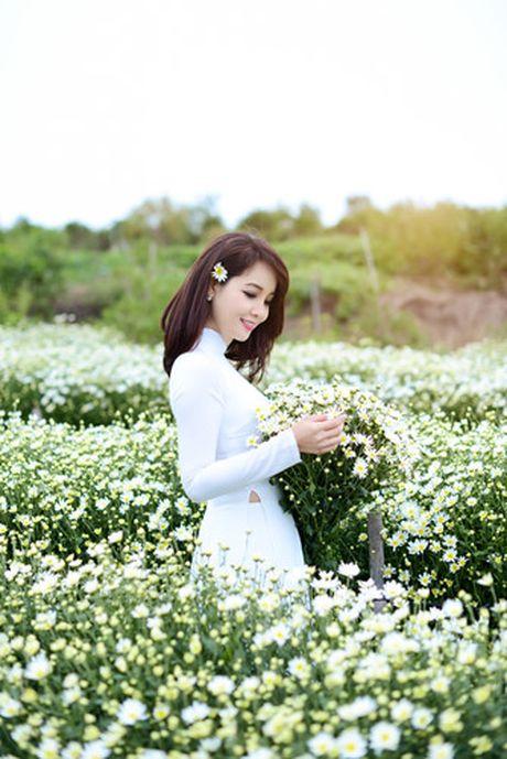 Mai Thu Huyen dep diu dang giua vuon cuc hoa mi trang - Anh 7