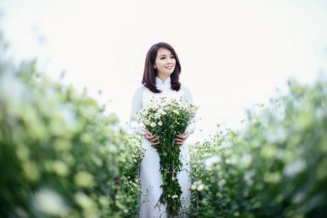 Mai Thu Huyen dep diu dang giua vuon cuc hoa mi trang - Anh 8