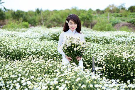 Mai Thu Huyen dep diu dang giua vuon cuc hoa mi trang - Anh 9