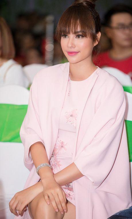 Pham Huong bat ngo thay doi tu phong cach nang dong sang bup be - Anh 2