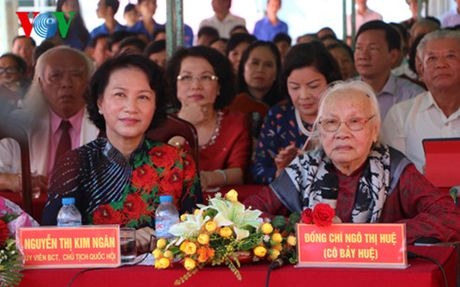 Chu tich Quoc hoi mung dai tho Phu nhan Tong Bi thu Nguyen Van Linh - Anh 1