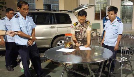 Thieu ta Campuchia mang 18kg kim loai vang: Nguoi bi an - Anh 1