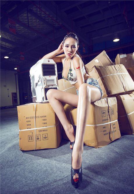 'Dung ngoi khong yen' truoc chan dai sexy ben case do - Anh 10
