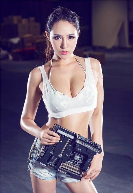 'Dung ngoi khong yen' truoc chan dai sexy ben case do - Anh 1