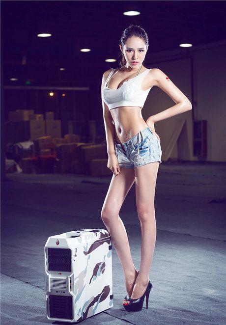 'Dung ngoi khong yen' truoc chan dai sexy ben case do - Anh 2