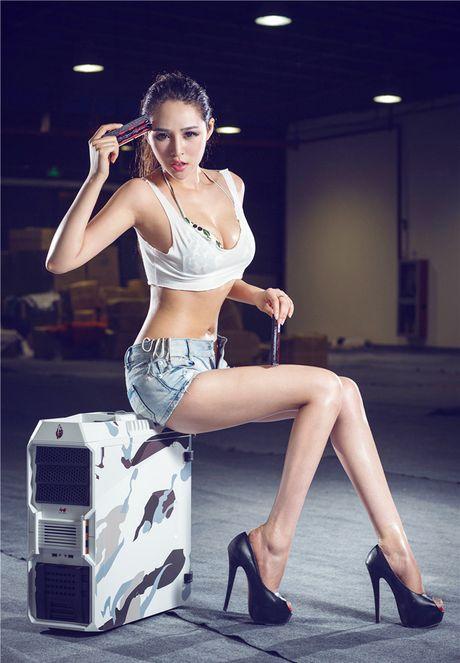 'Dung ngoi khong yen' truoc chan dai sexy ben case do - Anh 3