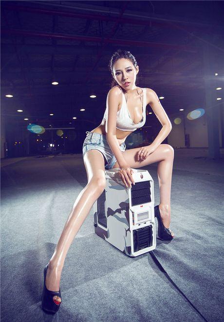 'Dung ngoi khong yen' truoc chan dai sexy ben case do - Anh 4