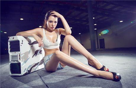 'Dung ngoi khong yen' truoc chan dai sexy ben case do - Anh 7