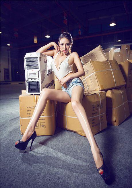 'Dung ngoi khong yen' truoc chan dai sexy ben case do - Anh 8