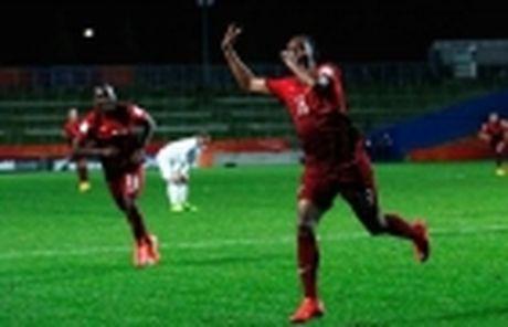 Nong: Dua ban gai ve nha, Ronaldo tinh chuyen tram nam - Anh 5