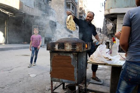 Tinh canh khon kho cua nguoi dan Aleppo trong chien tranh - Anh 11