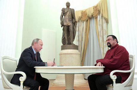 Tong thong Putin trao ho chieu cong dan Nga cho tai tu My - Anh 1