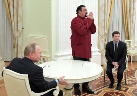 Tong thong Putin trao ho chieu cong dan Nga cho tai tu My - Anh 2