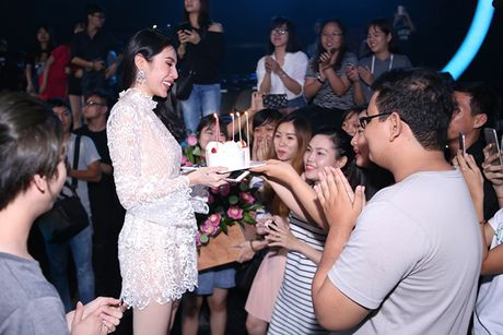 Thuy Tien duoc fan bi mat to chuc sinh nhat - Anh 2