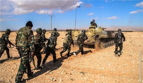 Quan doi Syria chiem lai nhieu khu vuc da mat tai bac Hama - Anh 1