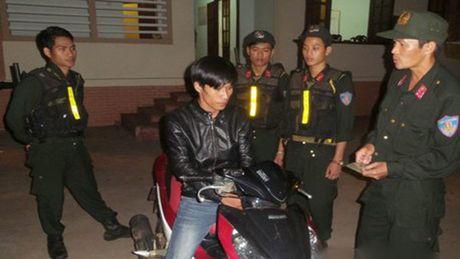 Canh sat co dong bat giu doi tuong chuyen trom xe may - Anh 1