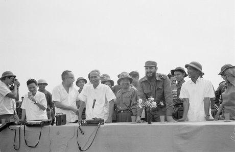 Nhung hinh anh khong the nao quen khi Fidel Castro den Viet Nam - Anh 2