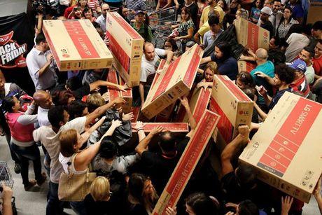 Xep hang, tranh mua TV giam gia trong ngay Black Friday - Anh 7