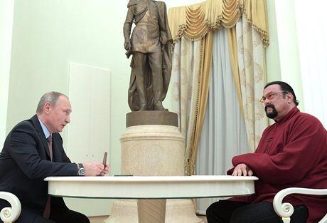 Tong thong Putin trao ho chieu Nga cho Steven Seagal - Anh 1