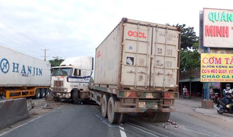 Phanh gap, xe container mat lai ui bay dai phan cach quoc lo 1A - Anh 1