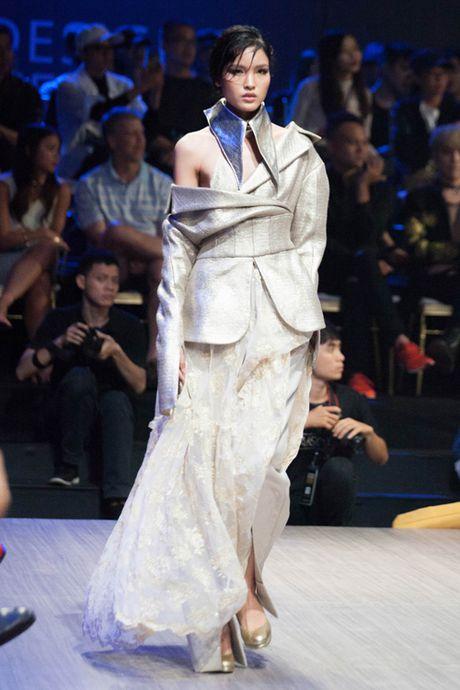 Ky Duyen lanh lung, tiep tuc tan cong san catwalk - Anh 6