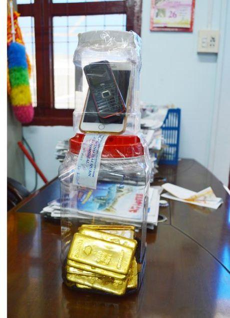 An Giang: Bat giu vu van chuyen 18 kg vang trai phep qua bien gioi - Anh 1