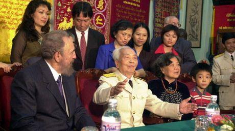 Dai tuong Vo Nguyen Giap tiep Chu tich Fidel Castro tai nha rieng nam 2003 - Anh 1