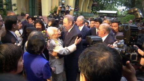 Dai tuong Vo Nguyen Giap tiep Chu tich Fidel Castro tai nha rieng nam 2003 - Anh 2