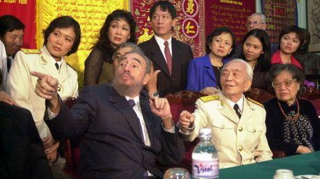 Dai tuong Vo Nguyen Giap tiep Chu tich Fidel Castro tai nha rieng nam 2003 - Anh 3