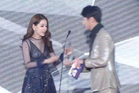 Chi Pu sanh vai cung Choi Jin Huk trao giai cho chu nhan hit 'Apple Pen' - Anh 14