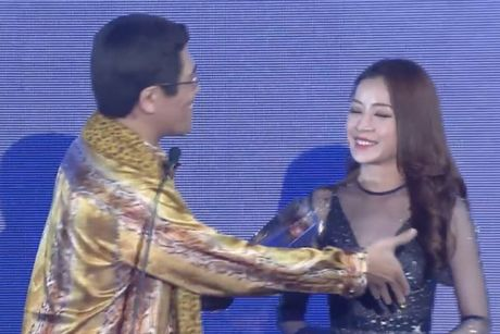 Chi Pu sanh vai cung Choi Jin Huk trao giai cho chu nhan hit 'Apple Pen' - Anh 6