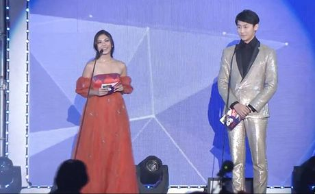 Chi Pu sanh vai cung Choi Jin Huk trao giai cho chu nhan hit 'Apple Pen' - Anh 9