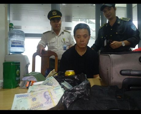 Khach Trung Quoc trom tien tren may bay choi toi - Anh 1