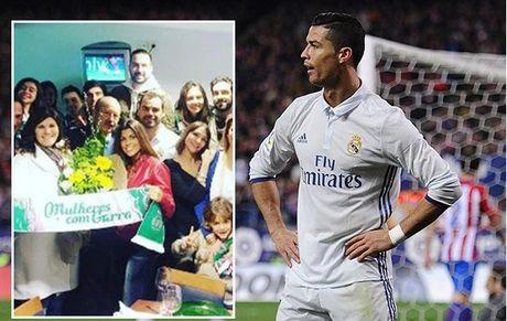 Ronaldo dua 'con dau tuong lai' ve ra mat me - Anh 1