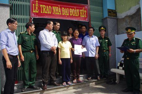 Binh Dinh: Ban giao nha Dai doan ket cho ho ngheo - Anh 1