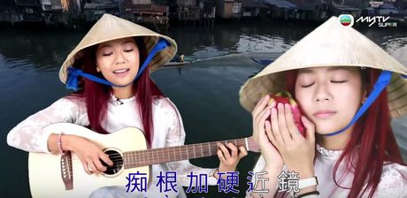 Ca si TVB doi non la, mac ao dai, hat tieng Viet - Anh 1