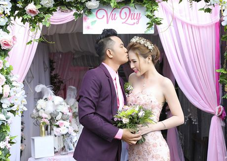 Dien vien Thien Bao hon vo kem 16 tuoi trong le vu quy - Anh 4