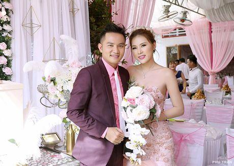 Dien vien Thien Bao hon vo kem 16 tuoi trong le vu quy - Anh 5